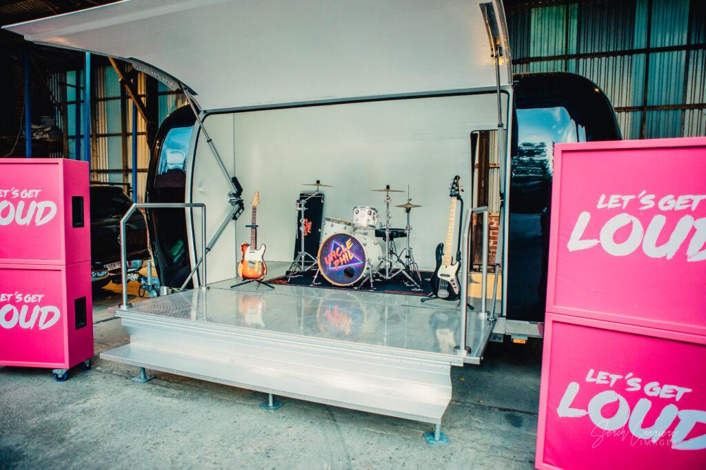 Gratis trailer vs. professioneel podium: Waarom een gratis podium een SLECHT idee is!